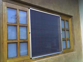 janela com tela mosquiteira
