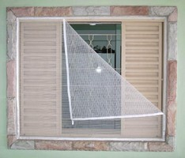 Janela de alumínio com tela mosquiteiro